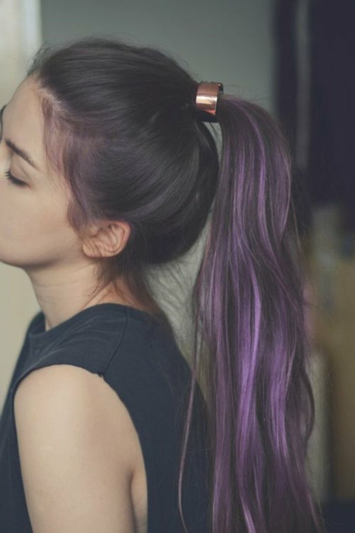 color-caoba-cabello-castaño-mechones-color-violeta
