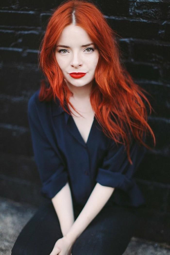 color-caoba-pelo-rojo-fuego-largo-ondulado-labios-rojos
