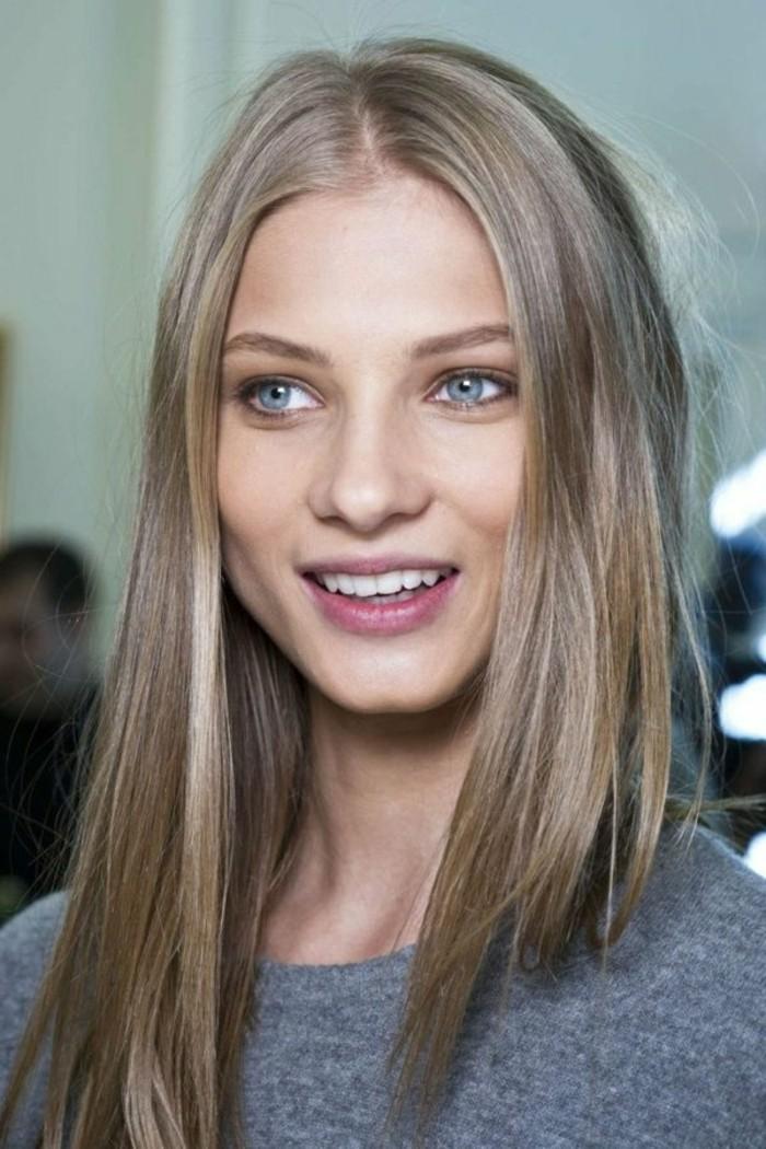 color-de-pelo-de-moda-cabello-rubio-mujer-ojos-azules