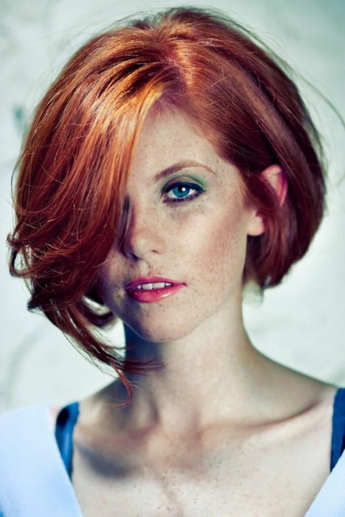color-de-pelo-de-moda-lunares-ojos-azules-cabello-rojo