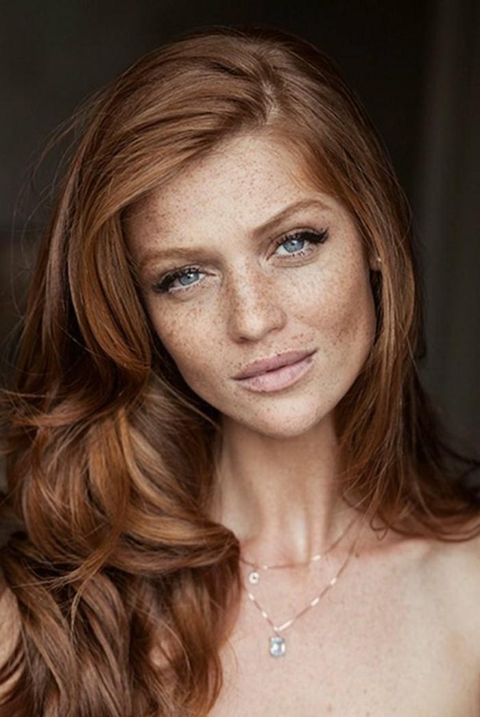 color-de-pelo-de-moda-mujer-ojos-azules-pelo-rojo-lunares
