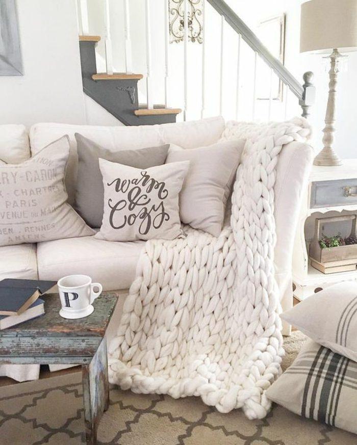 como-decorar-un-salon-manta-fornida-tonos-claros