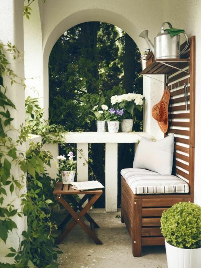 como-decorar-una-habiración-sofa-de-madera-mesita-baja-plegable-flores
