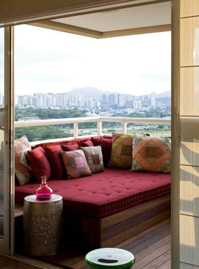 como-decorar-una-habitación-balcon-sofá-estilo-oriental