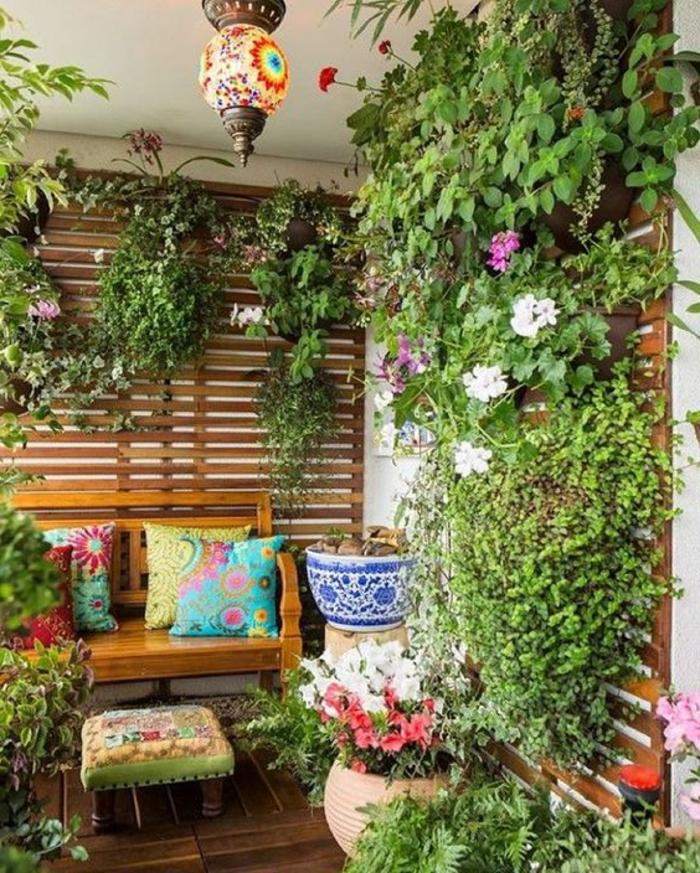 como-decorar-una-habitación-plantas-de-pared-banco-de-madera-cojines