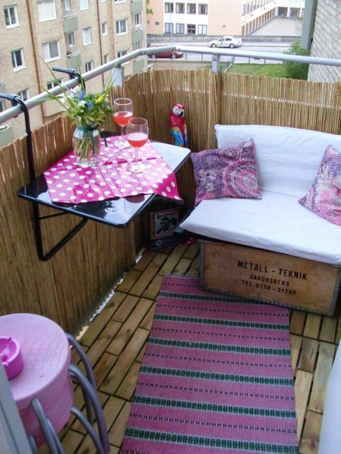 como-decorar-una-habitación-terraza-en violeta-mesa-de-pared-cojines-sofá