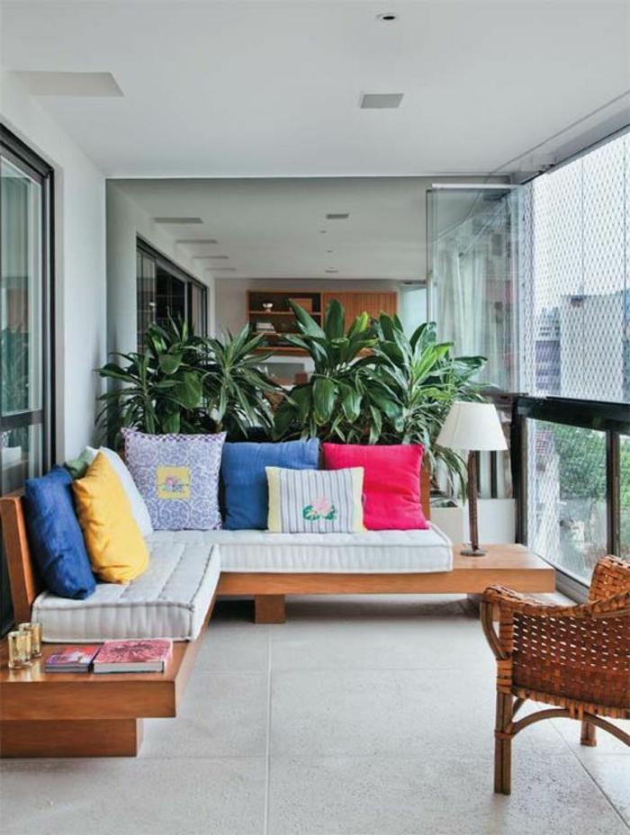 como-decorar-una-habitación-terraza-sofá-de-madera-grandes-cojines