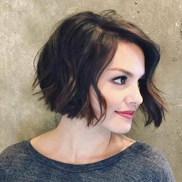 cortes-de-pelo-rizado-oscuro-corto-bob