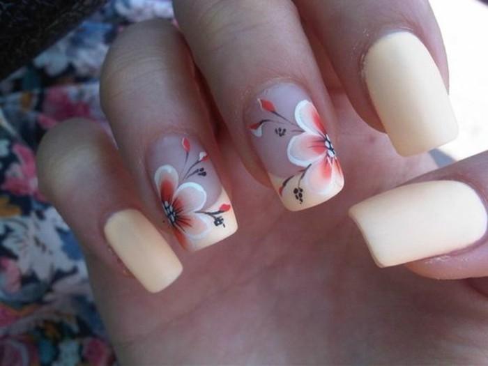 decoracion-de-uñas-color-melocotón-con-flores