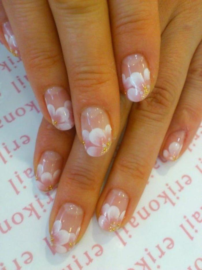 decoracion-de-uñas-flores-blancas-fondo-natural
