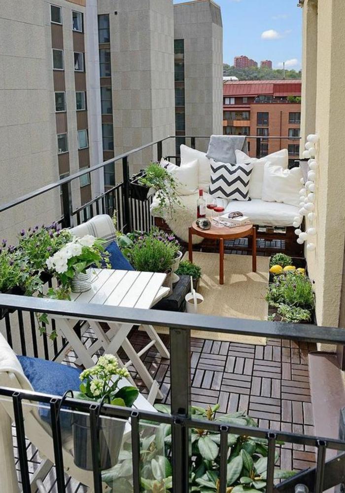 decoracion-habitacion-balcon-sofa-de-palets-mesita-baja-de-madera-flores