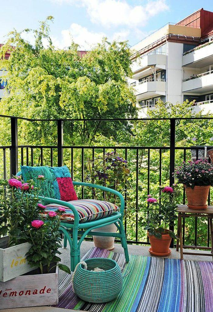 decoracion-habitacion-de-colores-silla-azul-cesta-azul-plantas-alfombra