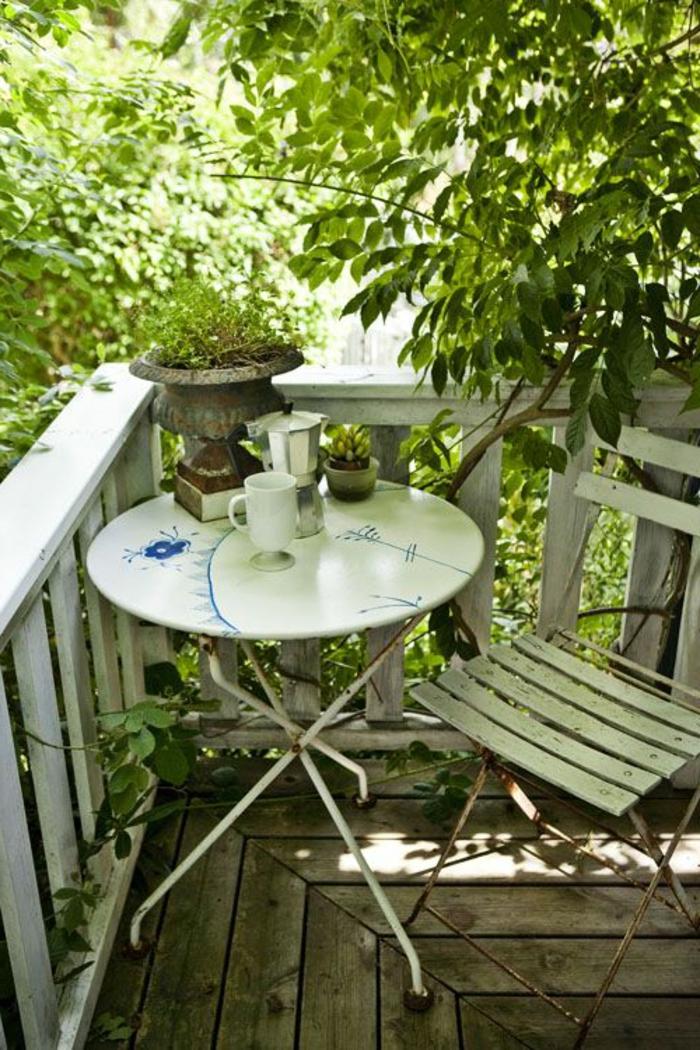 decoracion-habitacion-mesita-plegable-de-metal-silla-de-madera-y-metal