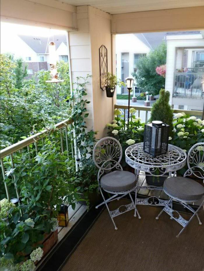 decoracion-habitacion-sillas-mesa-de-metal-blanca-plantas-flores