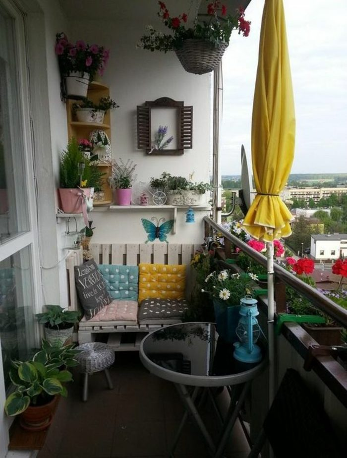 decoracion-habitacion-sofa-de-palets-mesita-plegable-plantas-silla-de-ratan