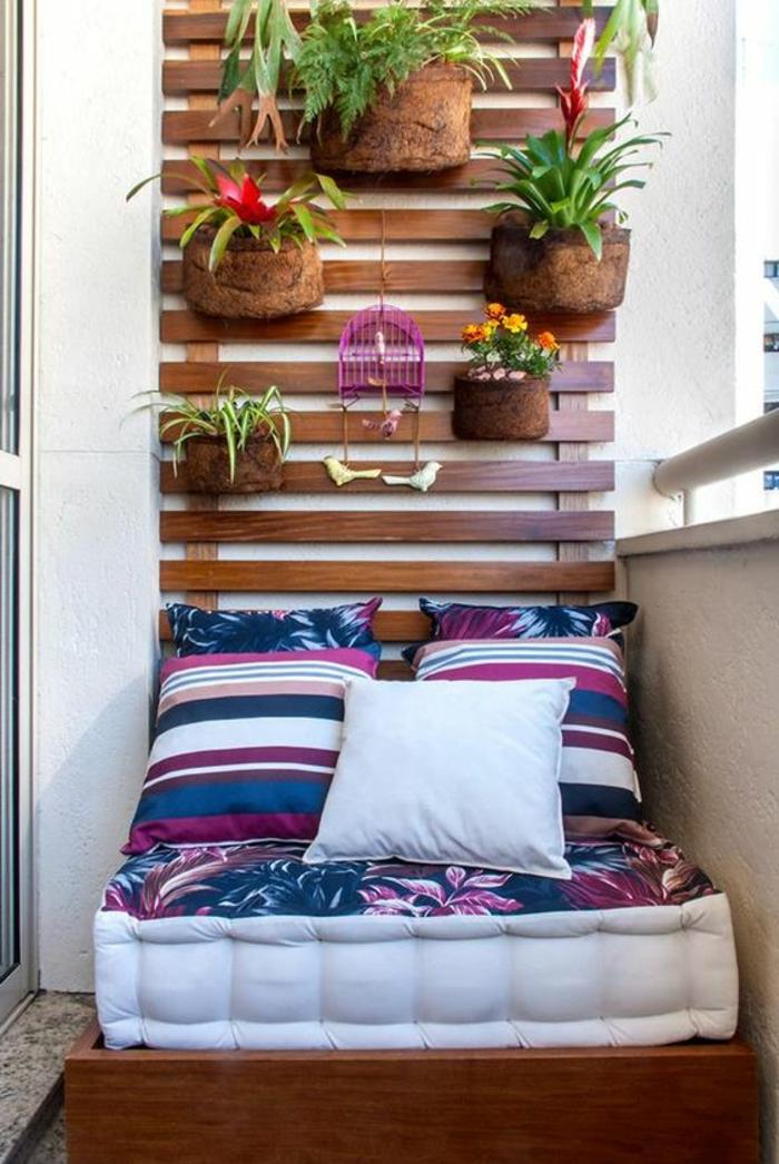decoracion-interiores-balcon-pequeño-sofa-cojines-plantas-de-pared
