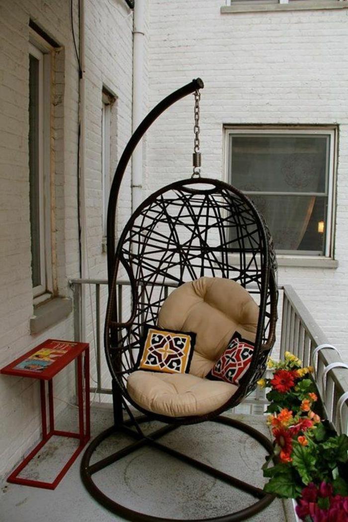 decoracion-interiores-terraza-sillon-oscilacion-de-metal-flores