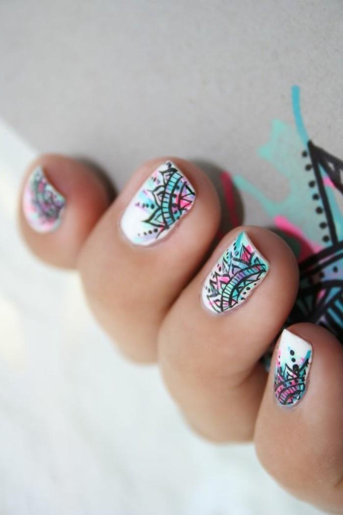 decoracion-uñas-mandala-fondo-blanco-detalles-de-color