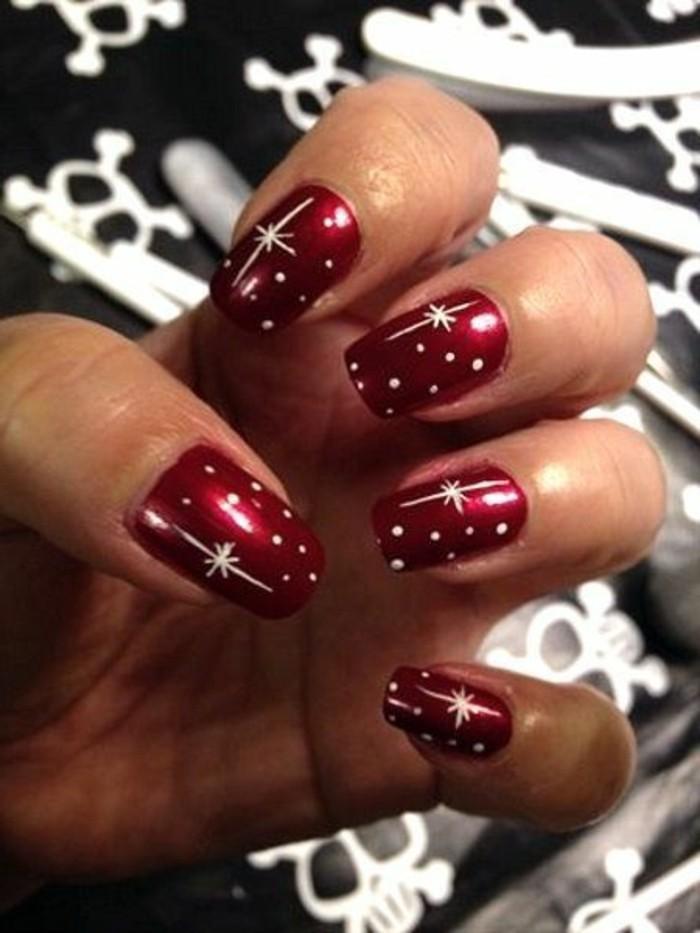 decoracion-uñas-navideñas-color-rojo-con-estrellas-blancas