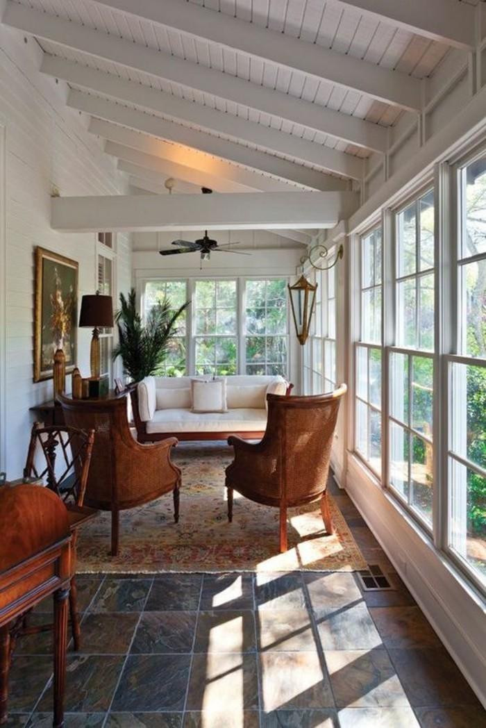 decorar-salon-en-la-terraza-sofá-con-sillones