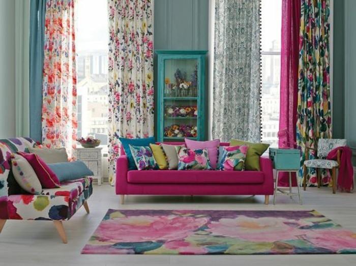 decorar-salon-sofa-violeta-cojines-de color-tonos-vivos