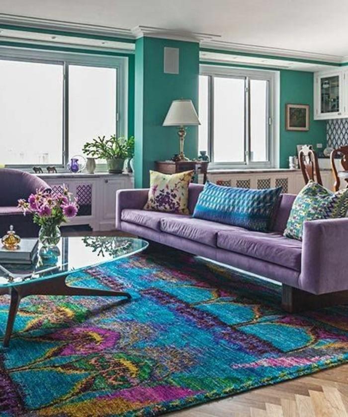 decorar-salon-sofa-violeta-tonos-vivos