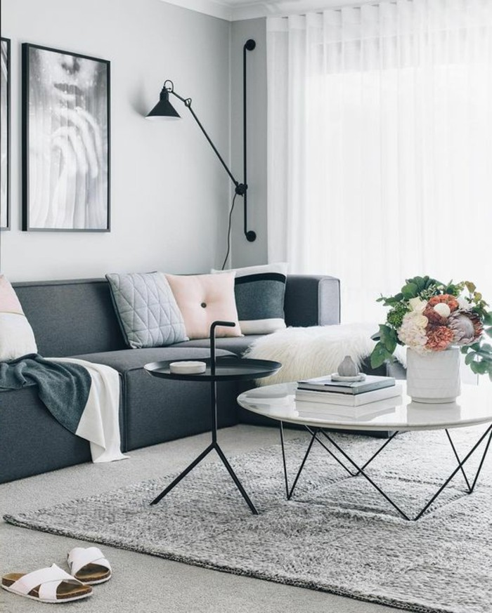 decorar-salon-tonos-grises-sofá-cojines