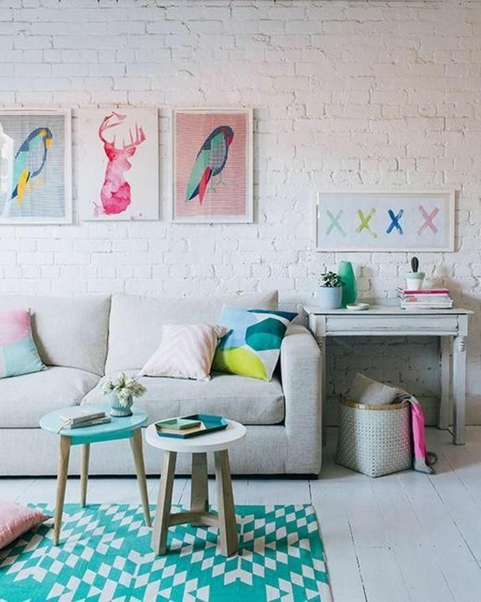 decorar-salon-tonos-pasteles-cuadros-cojines-de-color