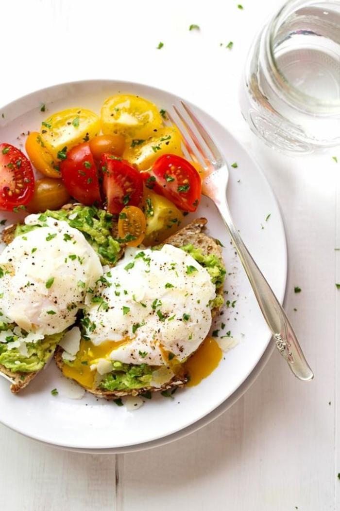 huevos-con-aguacate-y-pan-verduras-recetas-sencillas