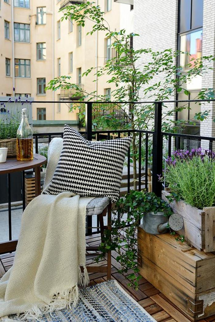 ideas-para-decorar-el-balcon-mesa-de-cafe-silla-de-madera-cojin-manta