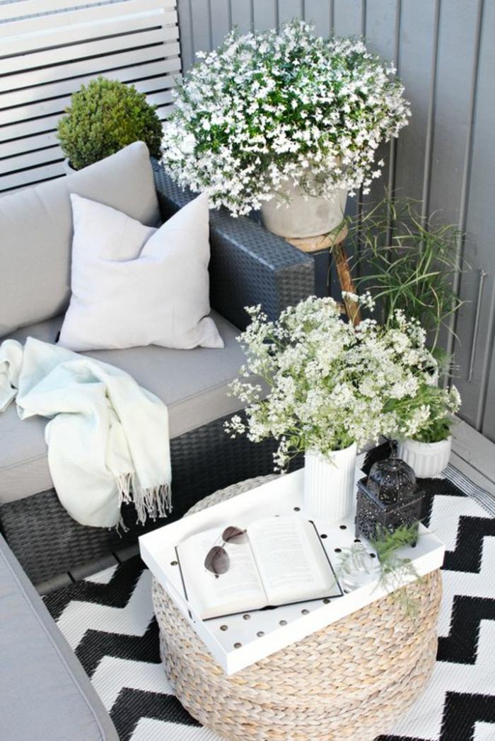 ideas-para-decorar-el-balcon-muebles-de-ratan-manta-mesa-flores