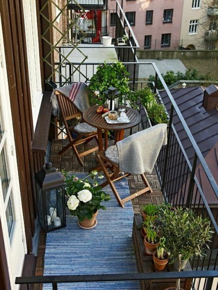 ideas-para-decorar-el-balcon-pequeño-dos-sillas-con-mesa-de-madera-plantas
