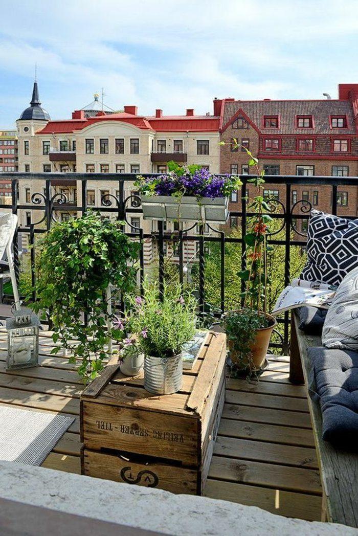 ideas-para-decorar-la-terraza-grande-muebles-de-madera-mesa-de-palets-plantas