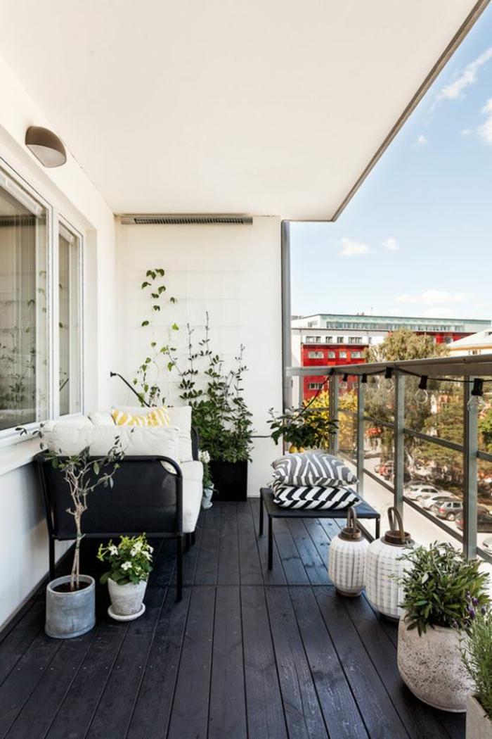 ideas-para-decorar-la-terraza-sofá-mesa-baja-cojines-plantas