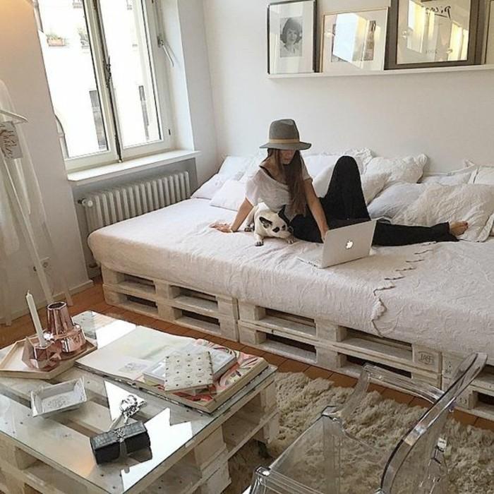 muebles-con-palets-blancos-mesita-y-sofa