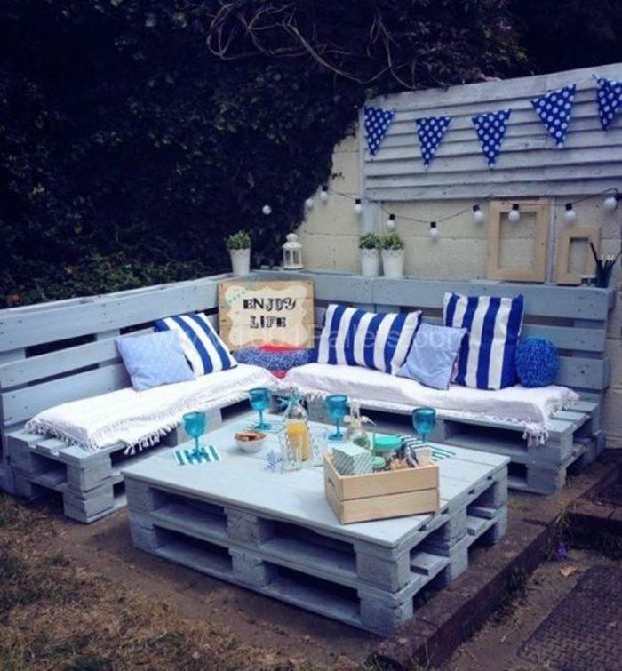 muebles-de-palets-jardín-romántico-sofá-mesita