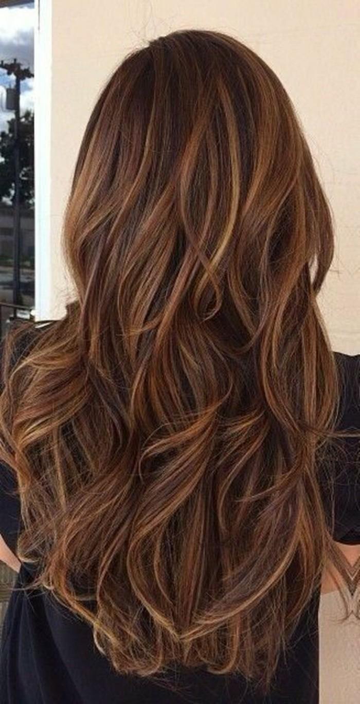 reflejos-en-el-pelo-castaño-mechones-rubios-ondulado