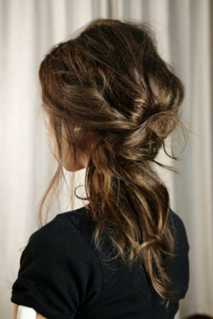 reflejos-en-el-pelo-color-castaño-mechones-rubios-femenino