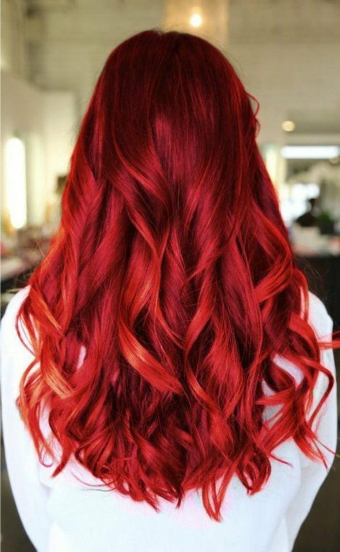 reflejos-en-el-pelo-color-fuego-rizado-largo-femenino