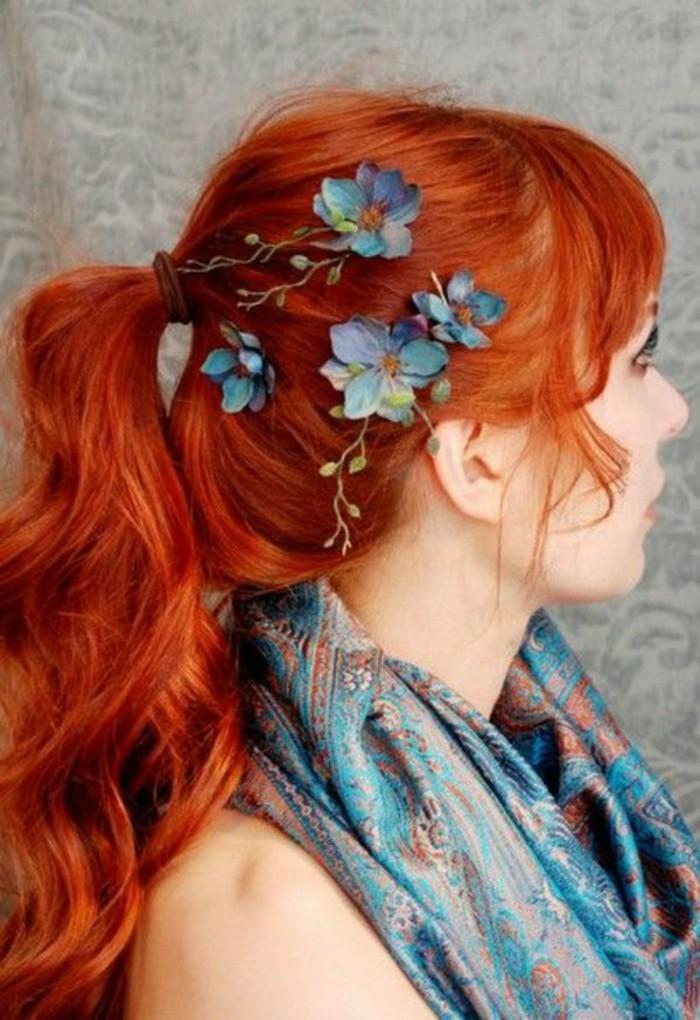 reflejos-en-el-pelo-color-rojo-fuego-ondulado-flores-en-el-cabello
