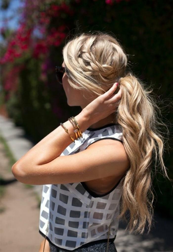 reflejos-en-el-pelo-color-rubio-largo-y-ondulado-trenza-al-lado