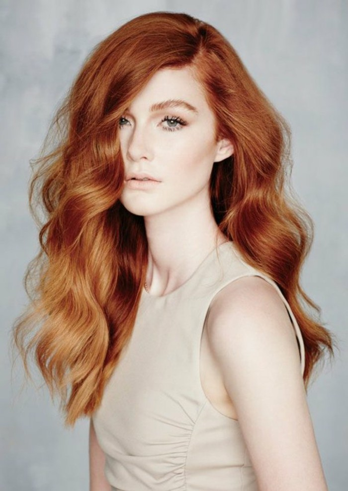 reflejos-en-el-pelo-largo-rojo-cobrizo-ondulado-ojos-verdes