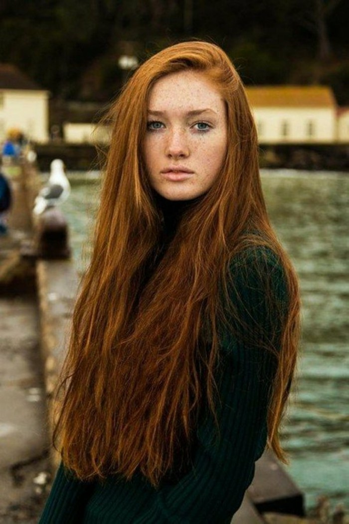 tintes-de-pelo-color-cobrizo-largo-mujer-con-lunares