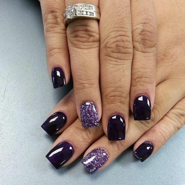 uñas-de-gel-violeta-con-brocado-de-decoración