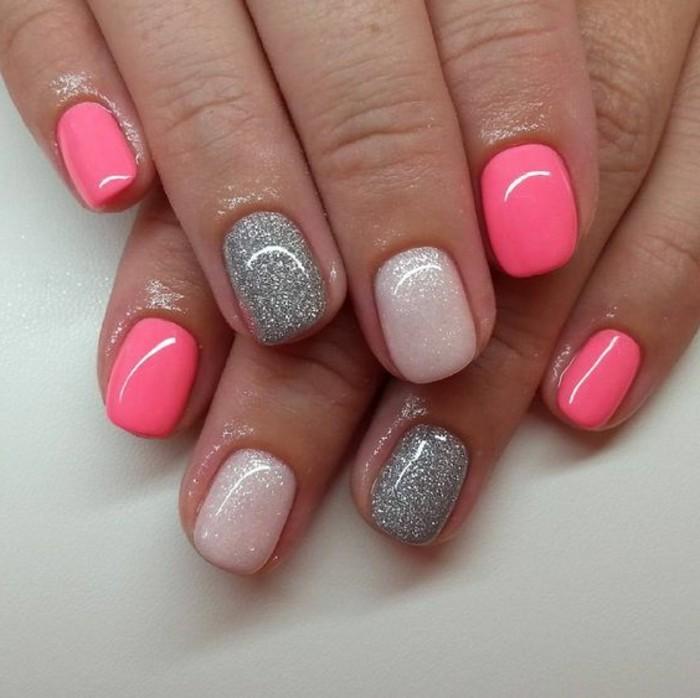 uñas-pintadas-de-color-rosa-con-brocado-de-plata