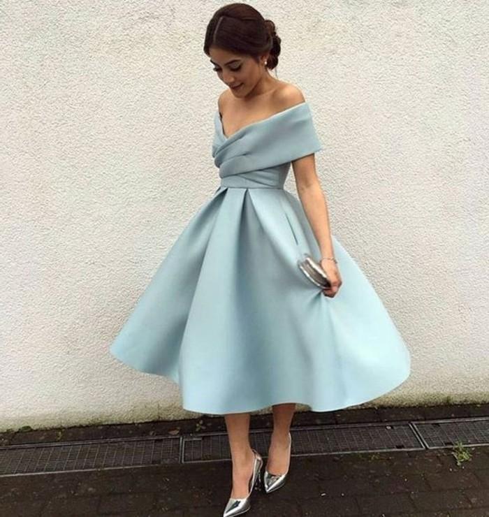 vestidos-de fiesta-cortos-satén-azul-hombros-desnudos