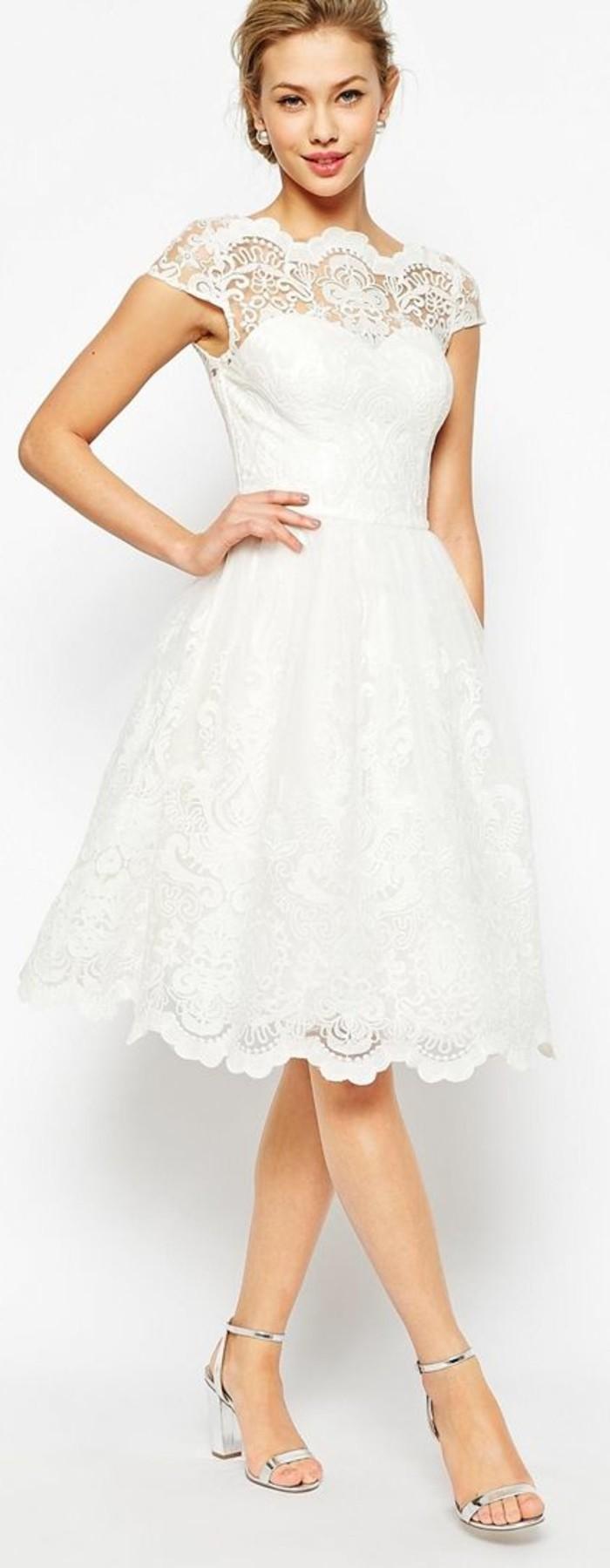 vestidos-de-novia-cortos-vestido-romantico-con-detalles-de-encaje
