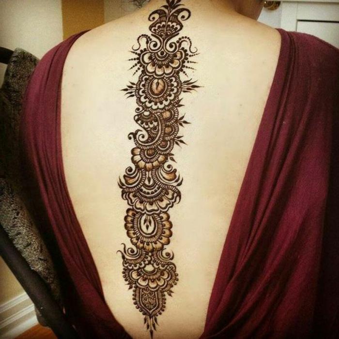 03-tatuaje-henna-de-mujer-sobre-la-espalda-diseño-con-flores