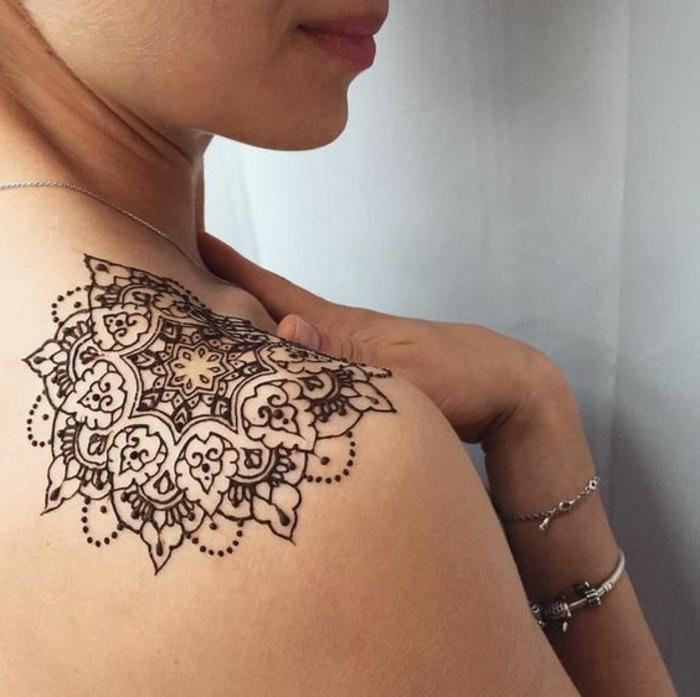 07-tatuajes-henna-para-mujer-en-el-hombro-linda-mandala