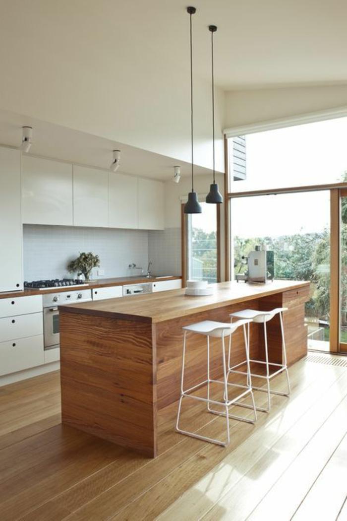 casa-minimalista-cocina-muebles-de-madera-sillas-altas-lamparas-colgantes-ventanas-francesas